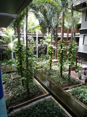 โรงแรมเมอร์เคียว คูตา: View from room down to the central garden
