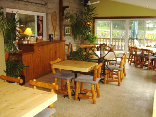 Auberge des Appalaches: Petites table et chaise style Pierre à feu et super confortable et joli.