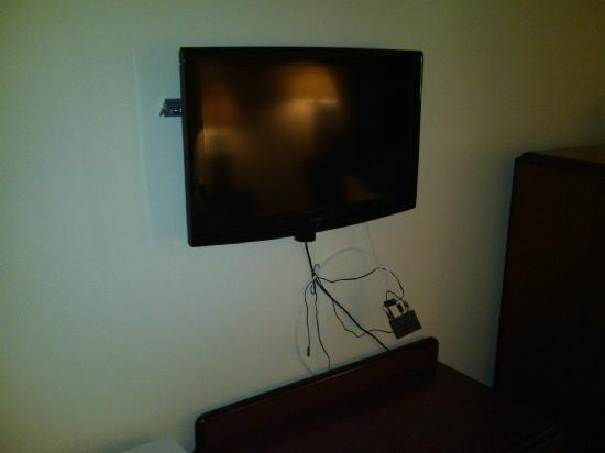Rodeway Inn Meadowlands: TV with random wires hanging out from below it