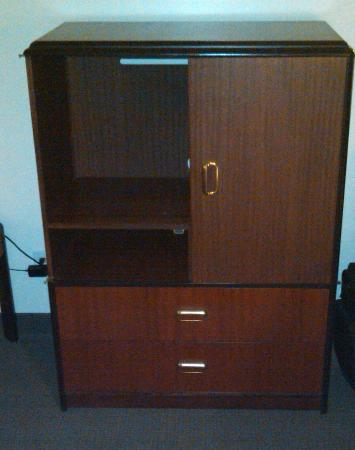 Rodeway Inn Meadowlands: Cabinet with missing door