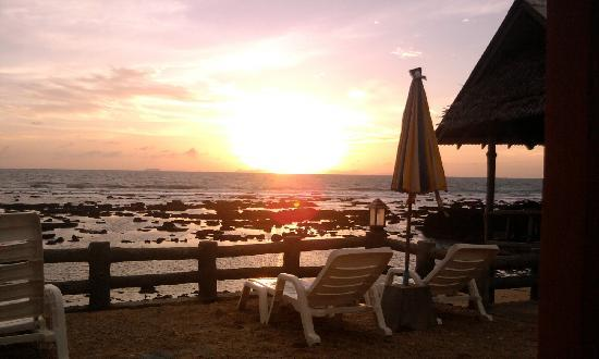 Blue Andaman Lanta Resort: The sunset view from Blue Andaman Resort