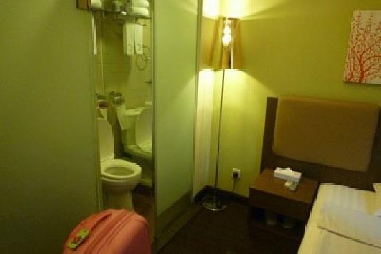 โรงแรมคาซ่า: right next to toilet