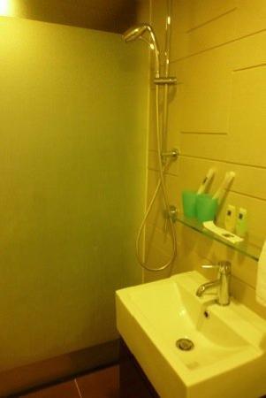 โรงแรมคาซ่า: the super small bathroom