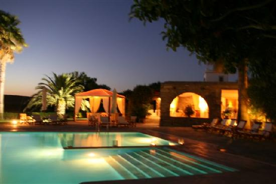 Yria Island Boutique Hotel & Spa: The pool during the night