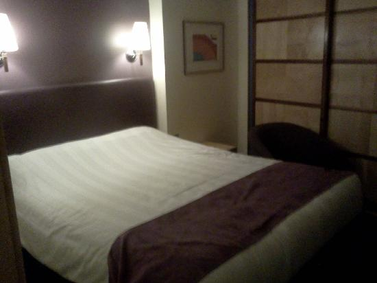 Premier Inn Peterborough (Norman Cross A1(M), J16) Hotel : comfy bed and shutters to keep out noise
