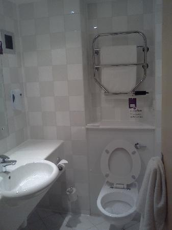 Premier Inn Peterborough (Norman Cross A1(M), J16) Hotel : spotless bathroom