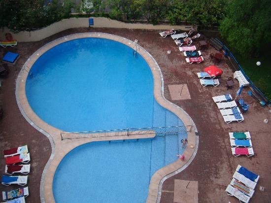 Apartamentos Levante Lux: sunbed hoggers haha