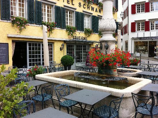 Horgen, Suiza: Gartenrestaurant mit Dorfbrunnen