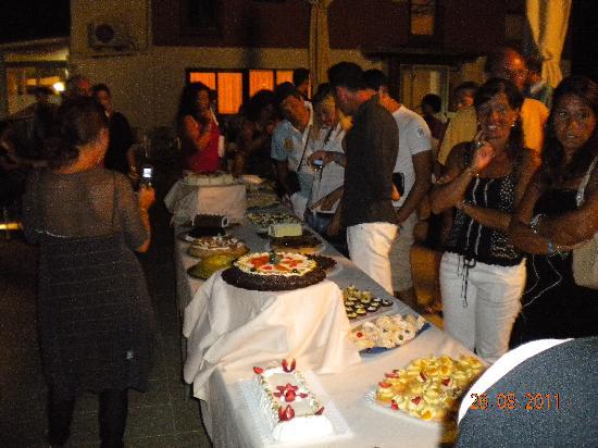 Gioiosa Marea, Italia: Serata siciliana con buffet di dolci.....