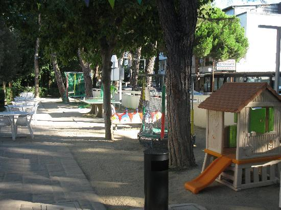 Hotel Amarcord: I giochi in giardino