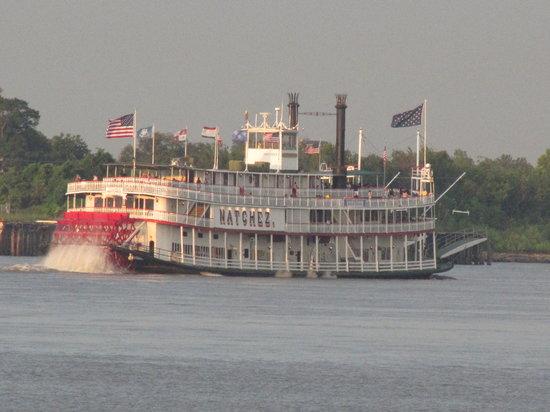 Steamboat Natchez: Sailing away