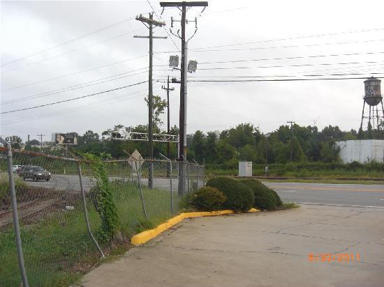 Country Hearth Inn Columbia : Railroad tracks adjacent hotel entrance.