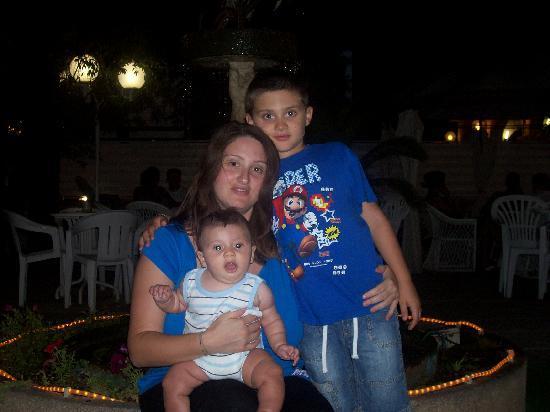 Hotel Spiaggia Marconi: I miei bambini ed io sullo sfondo della bellissima fontana nel giardino