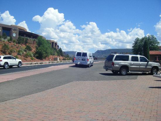 Cedars Resort: ホテルの目の前のThe Y の道路