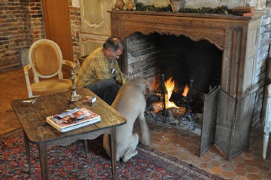 Les Cernailles : Owner & dog making the fire