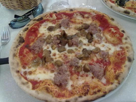 Trattoria di Cagnano: The pizza with tuscan sausage and porcini