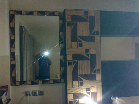 Calypso Hotel: Below this mirror is work table