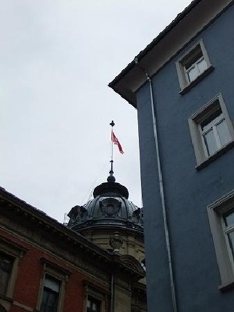 Gästehaus Centro: 右側の紫色の建物がホテルで、とっても目立ちます。