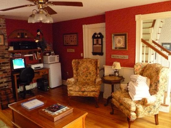Morning Glory Bed & Breakfast: Common area