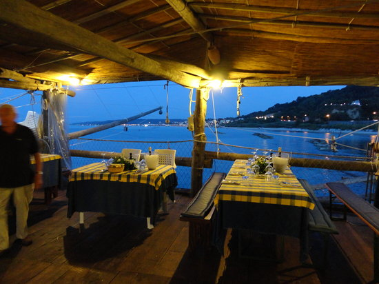 Fossacesia Marina, Италия: tables in the trabocco