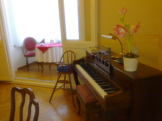 Hotel-Pension Golz: Piano in the breakfast room