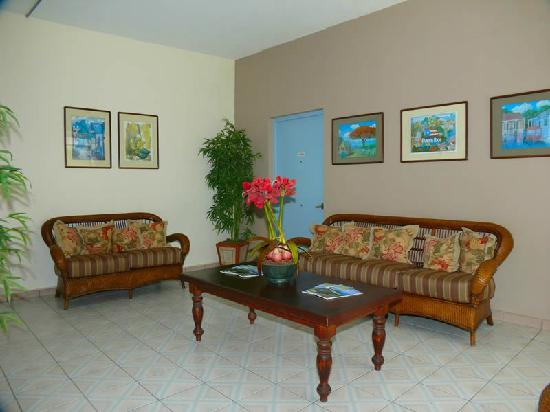 Borinquen Beach Inn: Living area