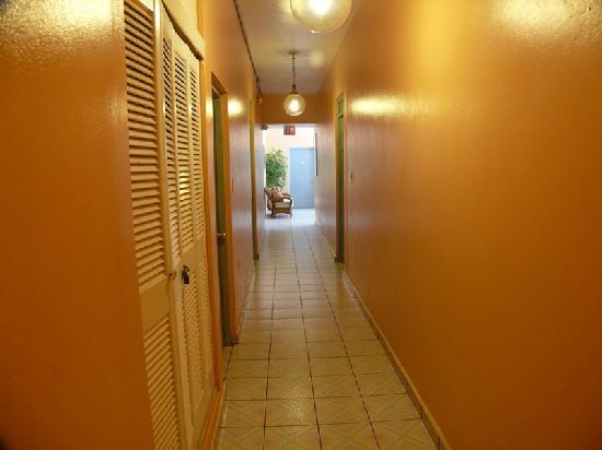 Borinquen Beach Inn : Corridor