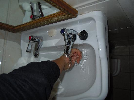 Robeen House: rubinetti acqua calda fradda divisi... :)