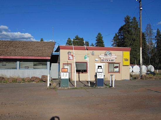 Diamond Lake Junction Cafe and Fuel Station Oregon: The mini mart next to diner
