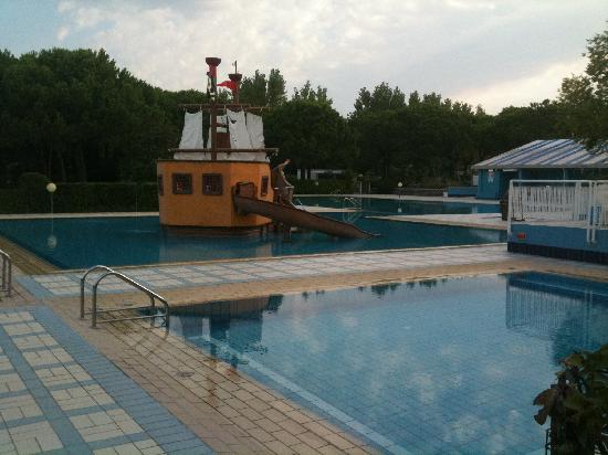 Cavallino-Treporti, Italien: Pool area at 8AM, pirate ship in the middle of the kids pool