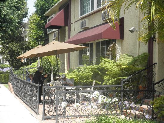 Wilshire Crest Hotel: Outdoor patio for a leisurely morning