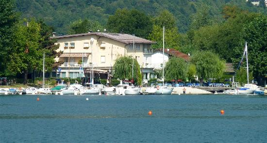 Hotel La Piroga: The hotel seen from the lake