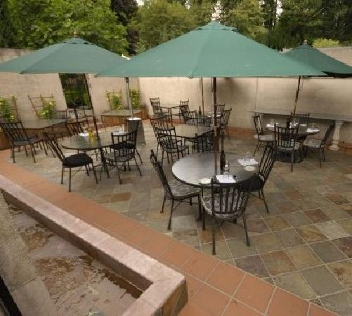 Riccardo's: Patio seating