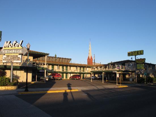 Oregon Motor Motel: the motel court