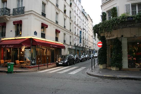 Hotel de Londres Eiffel: street where hotel is located