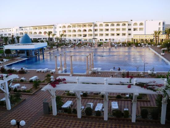 Concorde Hotel Marco Polo: Evening pic of the pool