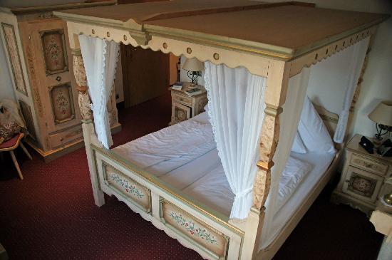 Hotel zum Weyssen Roessle: Four poster bed