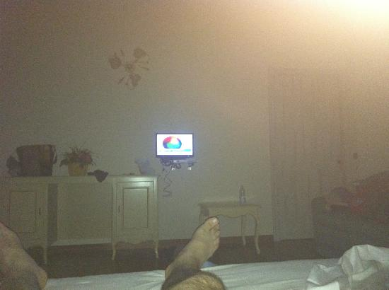 Relais Il Casale: Letto>>>televisore sei metri per 16 pollici di schermo