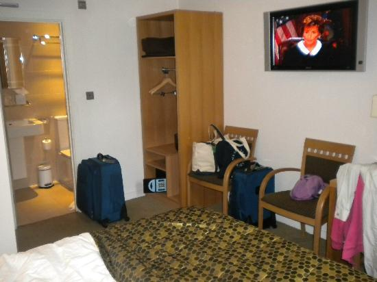 ibis Styles London Gloucester Road: Room 105  View 2