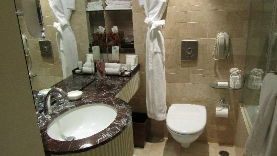 The Leela Mumbai : Nice bathroom