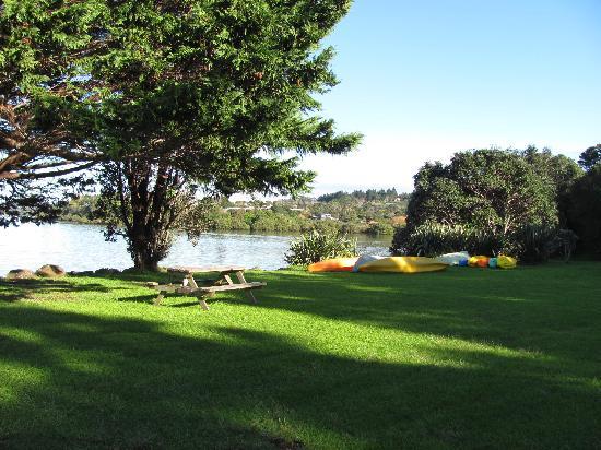 Aroha Island Ecological Centre: Lower camp area on beachfront