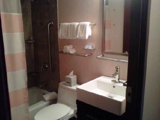 bathroom with full tub/shower