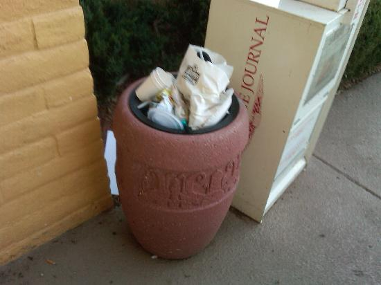 La Quinta Inn Albuquerque Northeast: Overflowing garbage bin