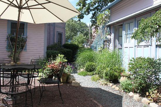Oak Bluffs Inn : Courtyard
