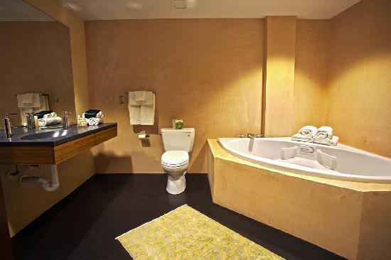 Inn at The Black Olive: Sanijet brand tub in every room