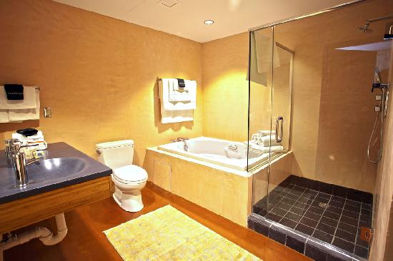 Inn at The Black Olive: Pipeless Aquatherapy Tub w/ separate shower