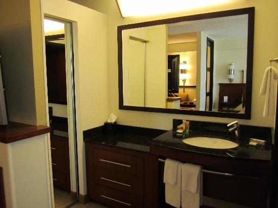 Hyatt Place Minneapolis/Eden Prairie: small mirrored closet to the left of bathroom sink