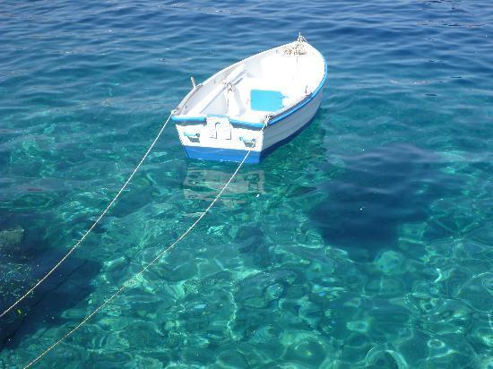 Kima Villa: Crystal clear, Oia Port.
