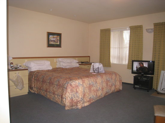 Birchwood Manor Motel: lovely king-size bed - spacious room