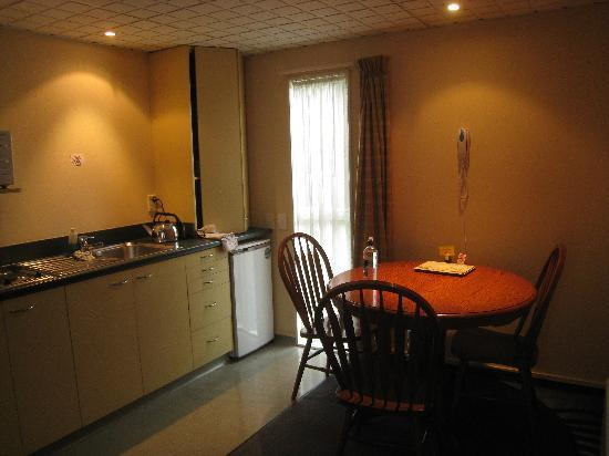 Birchwood Manor Motel: nice kitchenette & dining table